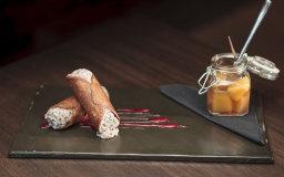 Cannolo con ricotta di bufala e scaglie di cioccolato fondente al 70% e pesce sciroppate aromatizzate alla vaniglia
