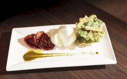 Tempura di bietole con pomodoro arrostito, mozzarella di bufala e salsa al basilico