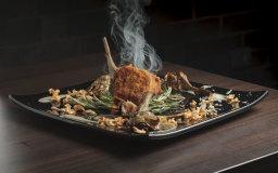 Filetto di maiale in crosta con carciofi confit, salsa di topinambur e erbe bruciate