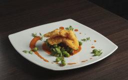 Baccalà croccante con piselli e riduzione di mazzancolle e pomodoro san marzano